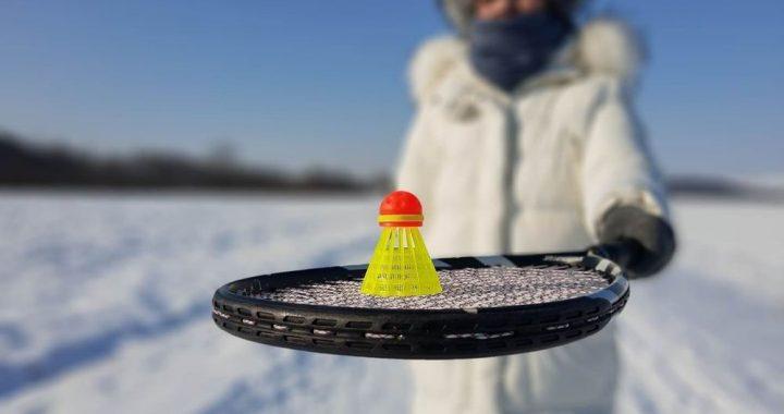 Čo je to Snowminton? Veľa zábavy s raketou aj v zime